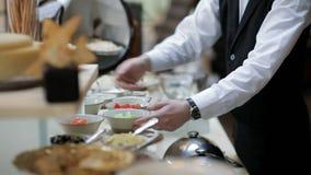 buffét i restaurangen Uppassaren tjänar som tabellen lager videofilmer