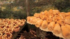 Buffétabell med bakelser, kakor och frukter