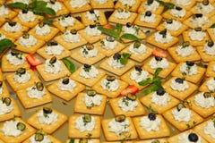 buffed закуски, еда пальца (печенья, шутихи) с мягким сыром творога, оливки и травы на большом диске Стоковое Изображение