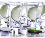 buffed Много стекла с спиртной текила коктеиля стоковое изображение