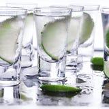 buffed Много стекла с спиртной текила коктеиля стоковые изображения