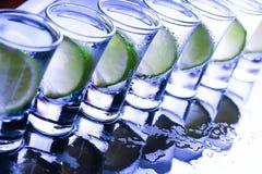 buffed Много стекла с спиртным коктеилем стоковое изображение