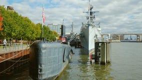 Buffel NY, USA - OKTOBER 20, 2016: Kryssare för ubåt för USS olyckskorp diesel- ljus och för Little Rock missil i buffeln lager videofilmer
