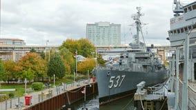 Buffel NY, USA - OKTOBER 20, 2016: USS Sullivansen, jagare DD-537 Militärt buffel- och Erie land som är sjö- och lager videofilmer