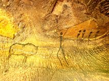 Buffels de jacht Verf van de menselijke jacht op zandsteenmuur, voorhistorisch beeld Zwarte koolstofsamenvatting Stock Fotografie