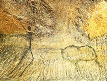 Buffels de jacht Verf van de menselijke jacht op zandsteenmuur, voorhistorisch beeld Zwarte koolstofsamenvatting Royalty-vrije Stock Afbeeldingen