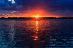 Buffelsny zonsondergang in de lente die over Meer Erie van parksysteem kijken Royalty-vrije Stock Fotografie