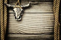 Buffelsschedel op houten achtergrond Royalty-vrije Stock Foto's
