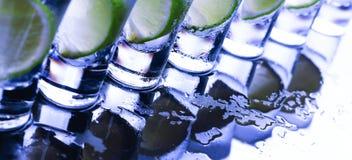 bufferten Många exponeringsglas med den alkoholiserade coctailen arkivbild
