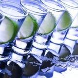 bufferten Många exponeringsglas med den alkoholiserade coctailen royaltyfri bild