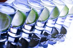 bufferten Många exponeringsglas med den alkoholiserade coctailen fotografering för bildbyråer