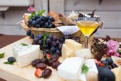 Buffet admirablement décoré avec du fromage, le fruit et le miel images stock