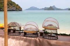 Buffet auf dem Strand, Linie Einrichtung für das Mittagessen an tropischem stockbilder