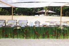 Buffet auf dem Strand, Linie Einrichtung für das Mittagessen an tropischem stockfotografie