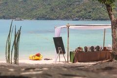 Buffet auf dem Strand, Linie Einrichtung für das Mittagessen an tropischem lizenzfreie stockfotografie