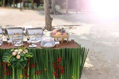 Buffet auf dem Strand, Linie Einrichtung für das Mittagessen an tropischem lizenzfreie stockfotos
