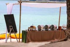 Buffet auf dem Strand, Linie Einrichtung für das Mittagessen an tropischem stockbild