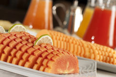 Buffet avec des fruits et des jus Image libre de droits