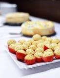 Buffet avec des petits pains ou des petits gâteaux de vanille Photographie stock libre de droits