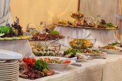 Buffet avec différents apéritifs Images stock