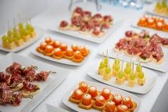 Buffet bij de ontvangst Assortiment van canapes De banketdienst cateringsvoedsel, snacks met zalm stock foto's