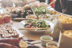 Buffet-Brunch-Lebensmittel, welches das festliche Café speist Konzept isst lizenzfreies stockfoto