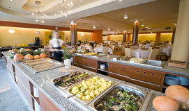 Buffet dans la salle à manger d'hôtel Photographie stock libre de droits