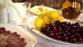 Buffet dans le restaurant Fruit et viande sur la table Été sain et délicieux de nourriture banque de vidéos