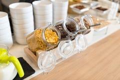 Buffet de approvisionnement avec des flocons d'avoine en verre Images libres de droits