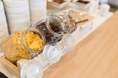 Buffet de approvisionnement avec des flocons d'avoine en verre Photographie stock