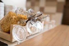 Buffet de approvisionnement avec des flocons d'avoine en verre Images stock