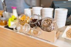 Buffet de approvisionnement avec l'avoine en verre Images libres de droits