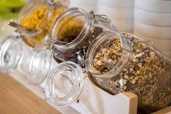 Buffet de approvisionnement avec l'avoine en verre Image stock