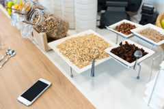 Buffet de approvisionnement avec l'avoine, les écrous et les raisins secs Photographie stock libre de droits