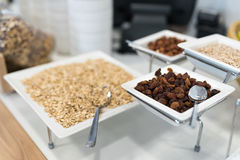 Buffet de approvisionnement avec l'avoine, les écrous et les raisins secs Photos libres de droits