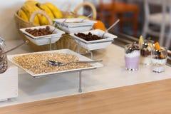 Buffet de approvisionnement avec l'avoine, les écrous et les raisins secs Images stock
