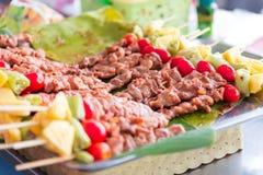 Buffet de attente de dîner de BBQ sur le camping Image stock