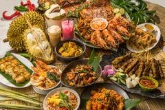 Buffet de déjeuner ou de dîner de fortune de festival dans le style thaïlandais en Asie Image stock