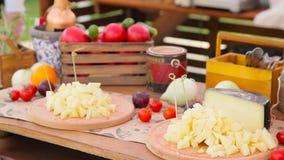 Buffet de fromage sur la table banque de vidéos