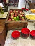 Buffet de fruit avec les pommes, l'ananas, le fruit mélangé, et les cuvettes images stock
