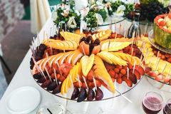 Buffet de fruit et de boissons Photographie stock libre de droits