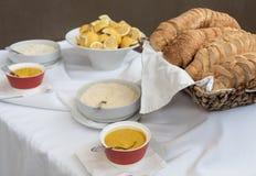 Buffet de nourriture avec les morceaux, la moutarde et les citrons de pain frais Image stock