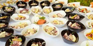 Buffet de repas sur le pouce de poissons et de mollusques et crustacés Photos libres de droits