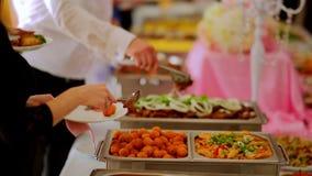 Buffet: de salades, het vlees en de visschotels zijn op de lijst stock video