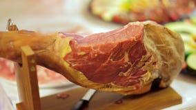 Buffet: de salades, het vlees en de visschotels zijn op de lijst stock videobeelden