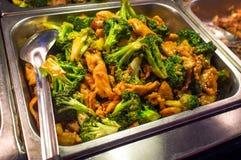 Buffet dei broccoli e del pollo fotografie stock