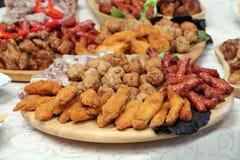 Buffet del comida para comer con los dedos con los rollos de carne foto de archivo