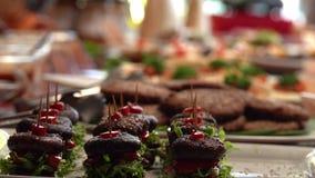 Buffet del vegano con le canape sane dell'hamburger del fungo del vegano Stile di vita verde archivi video