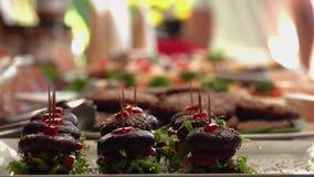 Buffet del vegano con le canape sane dell'hamburger del fungo del vegano Stile di vita verde video d archivio