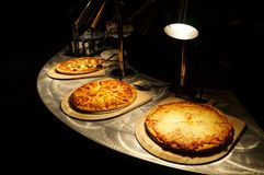 Buffet della pizza sul contatore dell'acciaio inossidabile fotografia stock libera da diritti